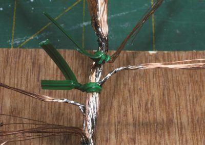 8 – Des liens en plastique maintiennent les branches pendant la pose de la soudure.