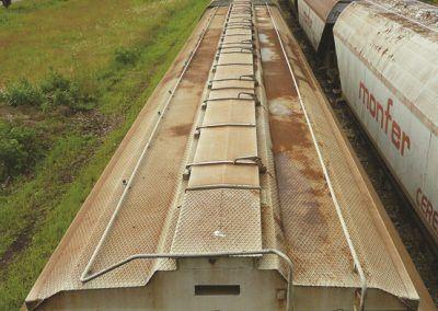 13 – Les tôles striées retiennent la pluie et la rouille s'y installe rapidement. Les tôles verticales de l'extrémité sont elles aussi largement rouillées