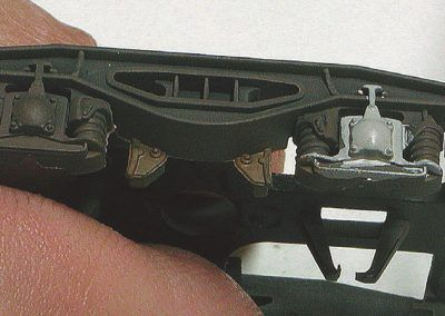 21 – Des boîtes d'essieux sont peintes en gris et un filet de rouille est déposé sur les patins de freins.