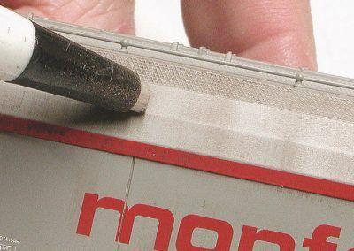 27 – Le stylo à fibres de verre permet de dessiner l'effet de damier, particulièrement typique.