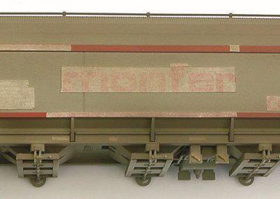 28 – Un voile de crasse est appliqué à l'aérographe sur l'ensemble du wagon. Les caches des parties protégées seront enlevés par la suite, avant de passer un second voile léger.