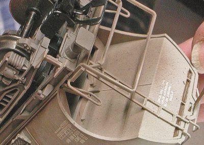 32 – Les fentes des panneaux sont soulignées au pinceau.