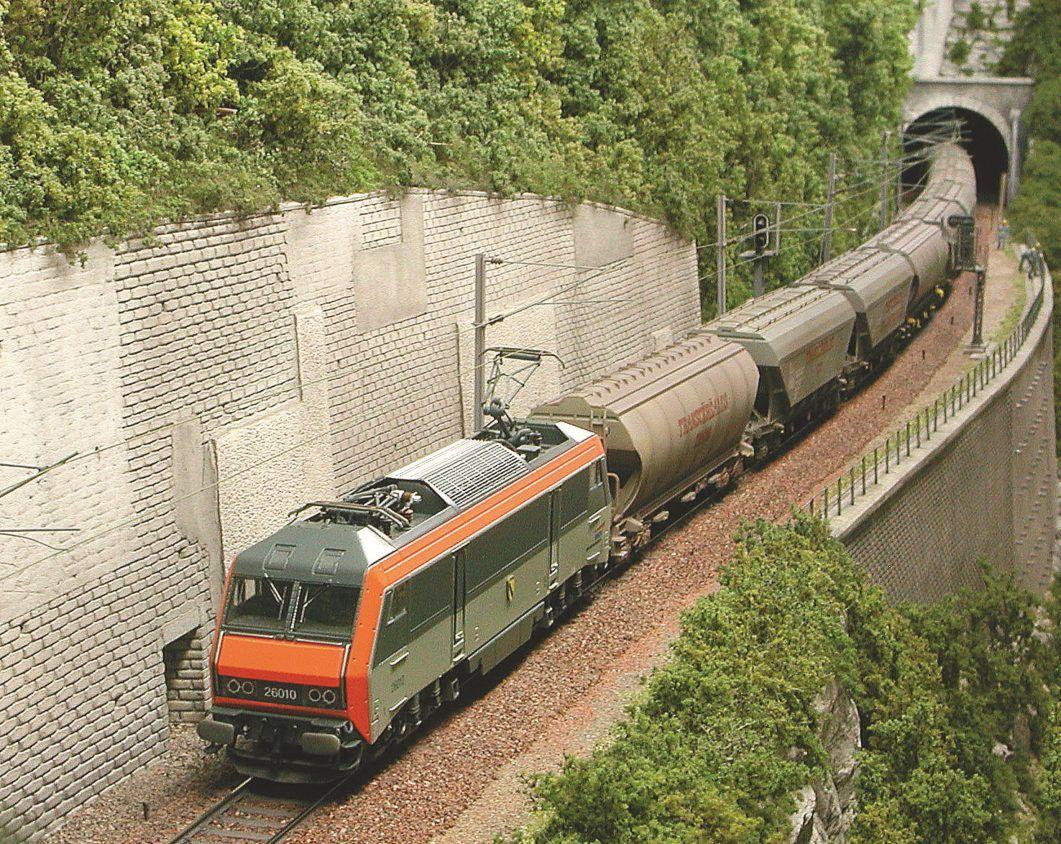 A-Cette rame composée de matériel Jouef et Rivarossi ne peut être mixée avec les wagons Trix en raison de différences de hauteur.